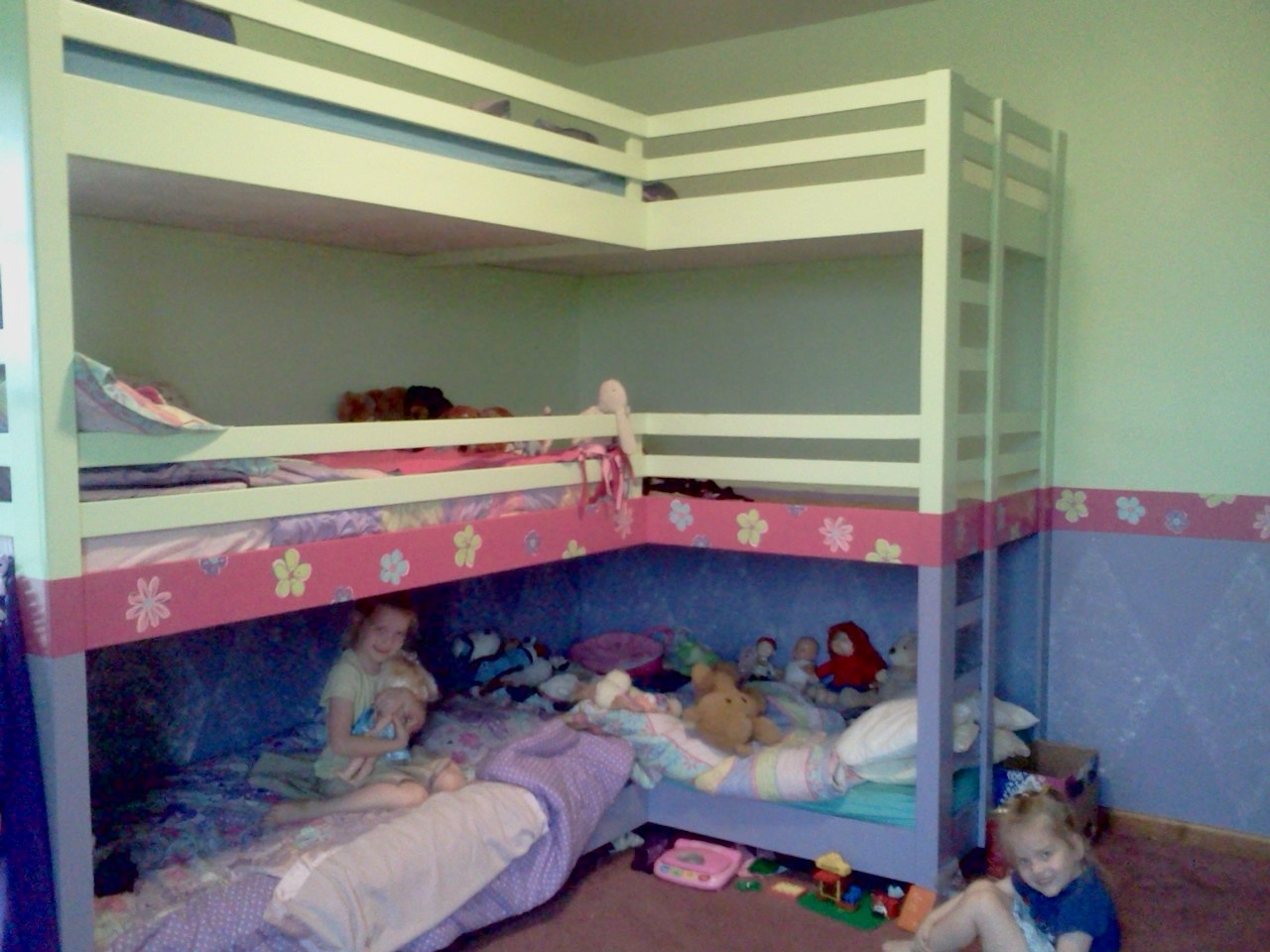 Triple bunk bed plans loft beds and bunk beds buying for Bedroom ideas for 3 beds